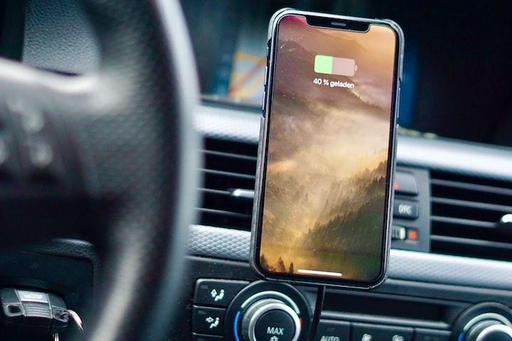 iPhone 11 Pro h%C3%A4ngt in Auto und wird kabellos geladen