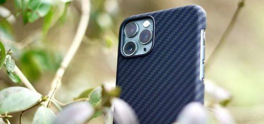 iPhone 11 Pro im Gebüsch mit Pitaka Hülle 520x245