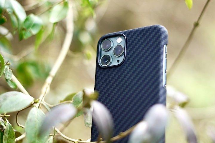 iPhone 11 Pro im Geb%C3%BCsch mit Pitaka H%C3%BClle