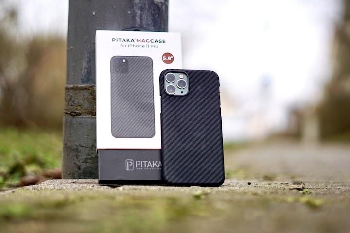 iPhone 11 Pro mit MagEZ Case stehen im Freien