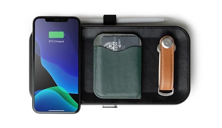 iPhone Kreditkarten und Schl%C3%BCssel liegen auf einem QI Orbit Key Organizer