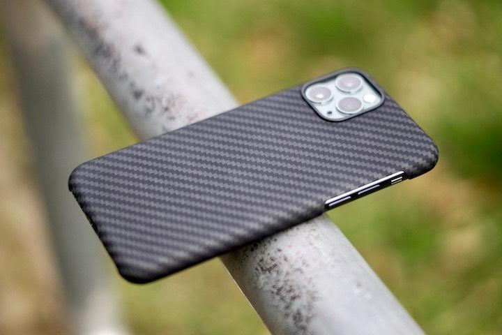 iPhone mit Schutzh%C3%BClle liegt auf einer Stange im Freien