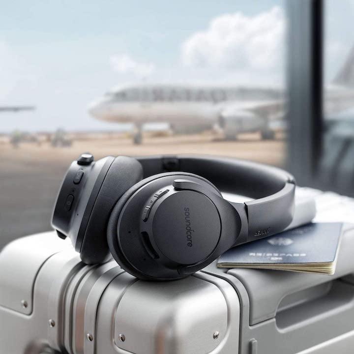ANC Kopfhoerer Soundcore auf Koffer