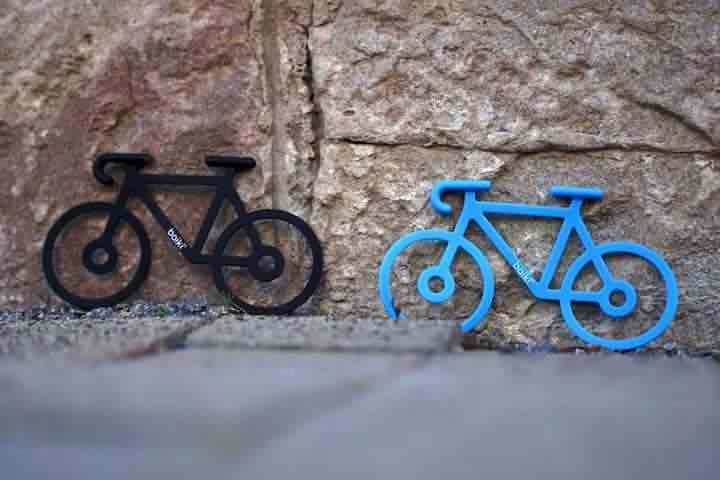 Baiki Fahrraeder aus Gummi stehen vor einer Steinwand