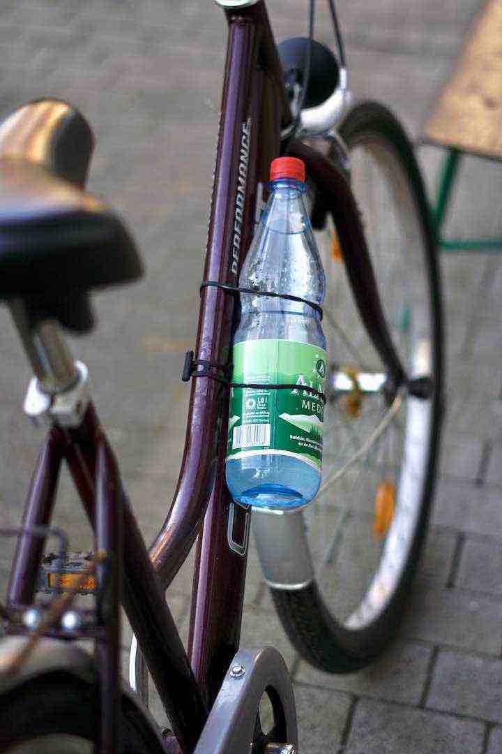 Baiki Gummi Halterung haelt eine Wasserflasche an einem Fahrradrahmen fest