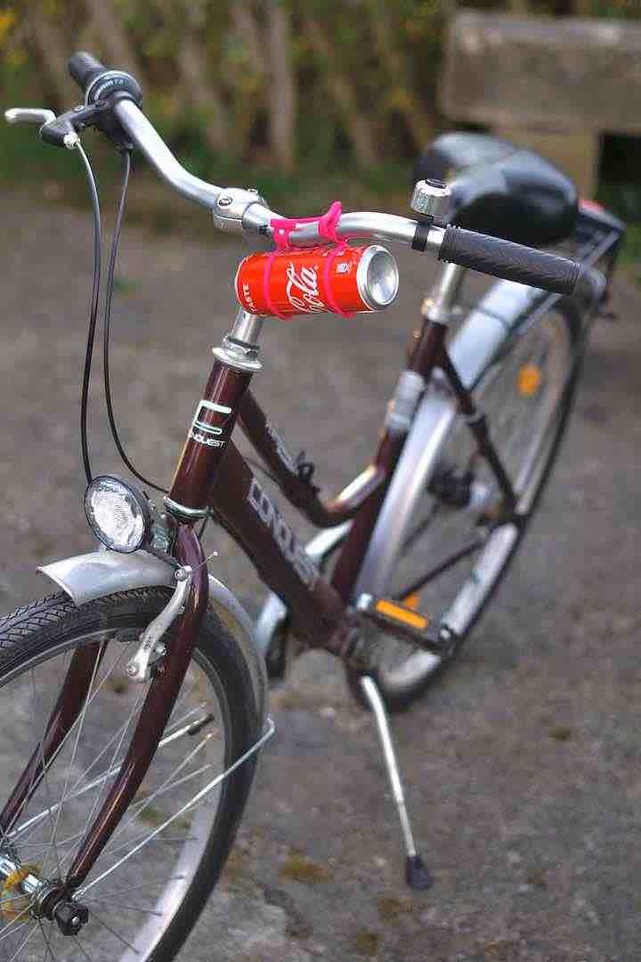 Coladose ist an einem Fahrradlenker befestigt