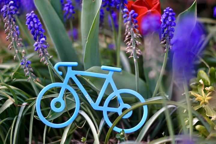 Fahrradhalterung aus Gummi liegt in einer Blumenwiese
