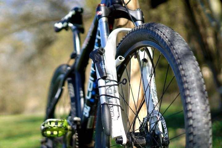 Fahrradpumpe ist an Fahrradgabel befestigt