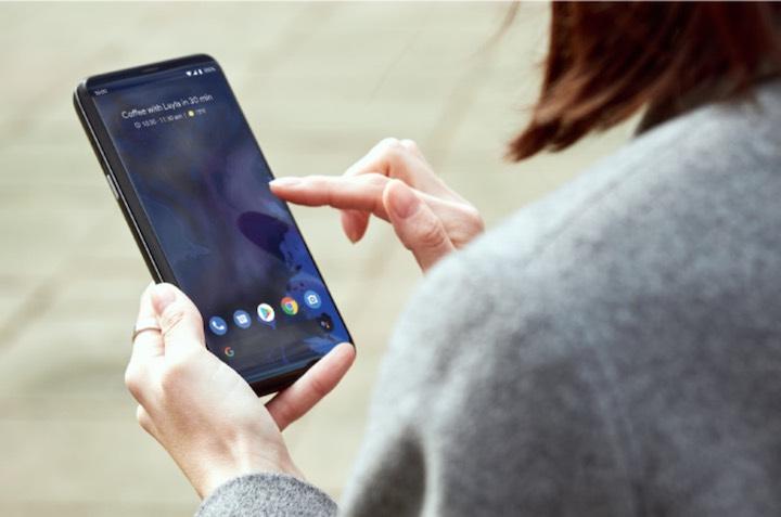 Frau hat Astro Slide 5G Transformer Smartphone in der Hand