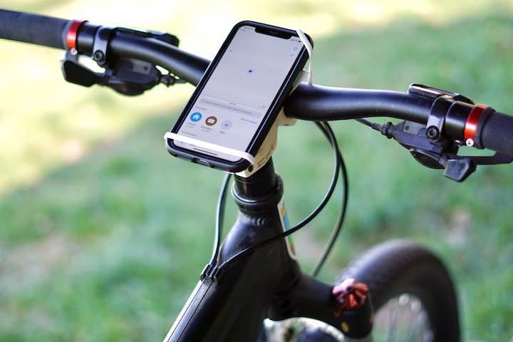 Handy ist an Fahrradlenker montiert
