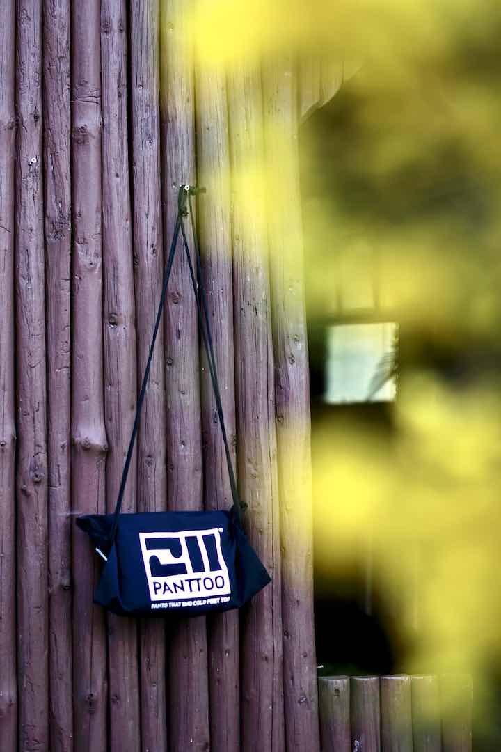 Panttoo Tasche haengt an einer Holzwand