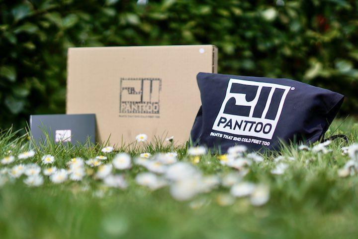 Panttoo Verpackung und Hose liegen auf einer Wiese