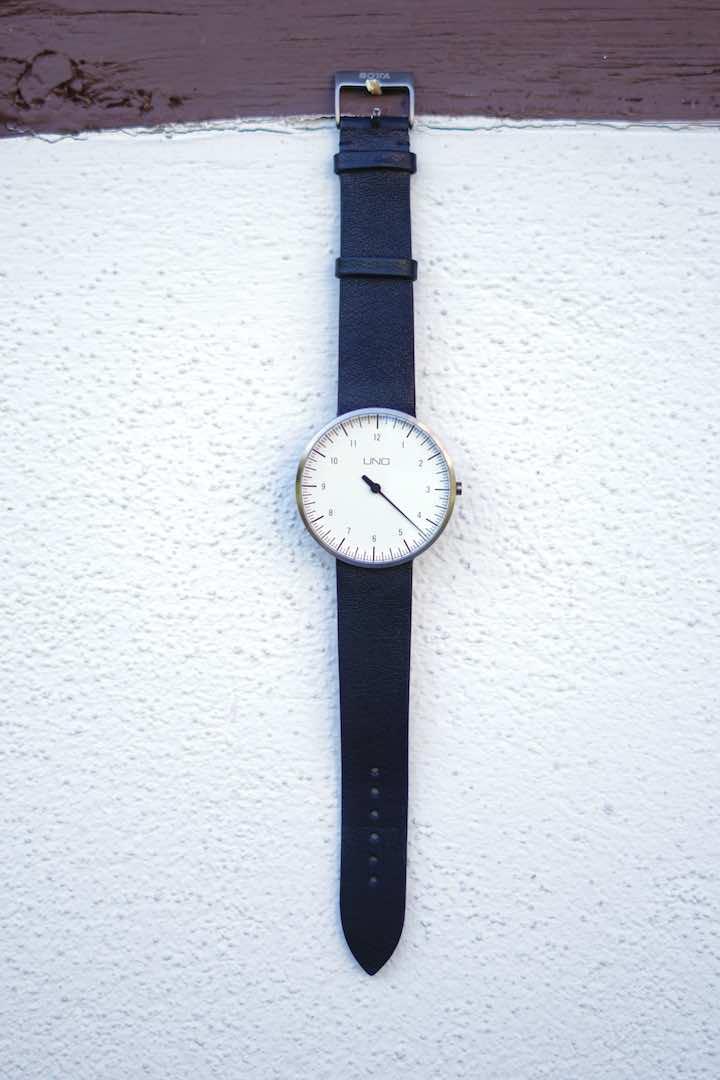 Armbanduhr haengt an wei%C3%9Fer Wand