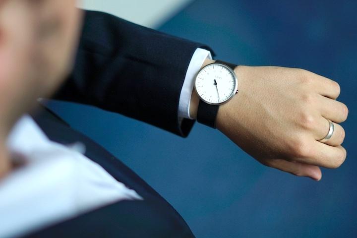 BOTTA Design Uhr an Maennerarm mit Anzug