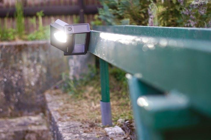 Baulampe haelt magnetisch an einer Metallflaeche