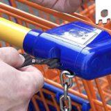 Hand steckt Einkaufswagenloeser in Einkaufwagen 160x160