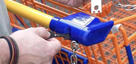 Hand steckt Einkaufswagenloeser in Einkaufwagen 520x245