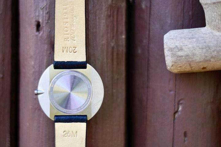 Rueckseite einer Titan Uhr