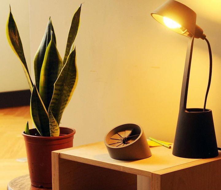 Tischuhr aus Beton auf Beistelltisch mit Lampe