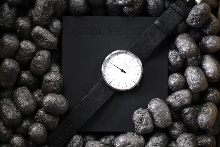 Uhr liegt in schwarzem Karton