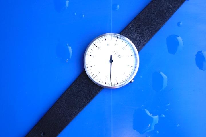 Wassertropfen auf einer Armbanduhr
