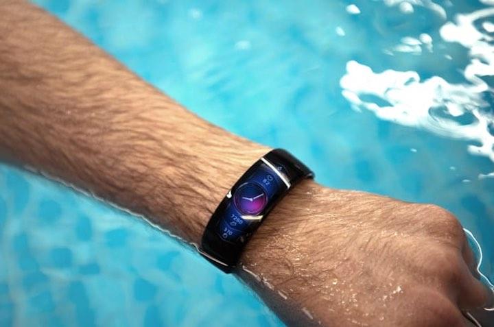 amazfit x smartwatch an einem arm im wasser