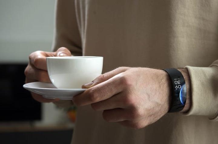 mann mit smartwatch h%C3%A4lt kaffeetasse in der hand