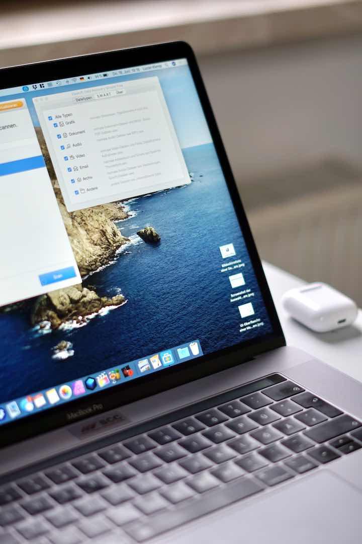 Laptop mit Programm zur Datenrettung