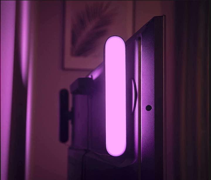 Philips Hue Play Lightbar hinter dem TV montiert