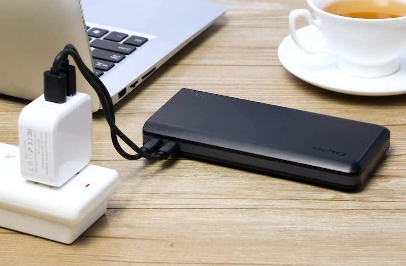 Powerbank mit Laptop und Kaffeetasse