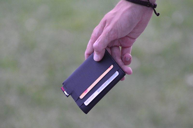 Slim Wallet f%C3%BCr Karten und Scheine in der Hand