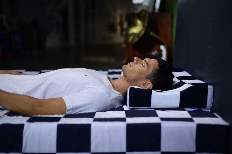U2 Pillow mit schlafendem Mann