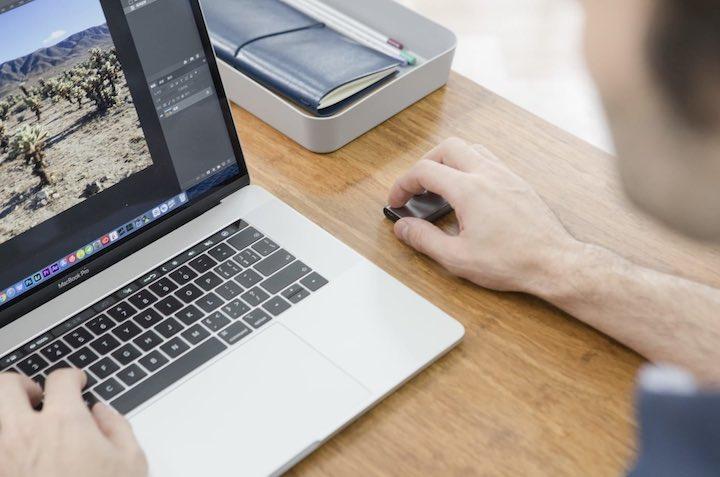 hand mit cheerpod steuert laptop