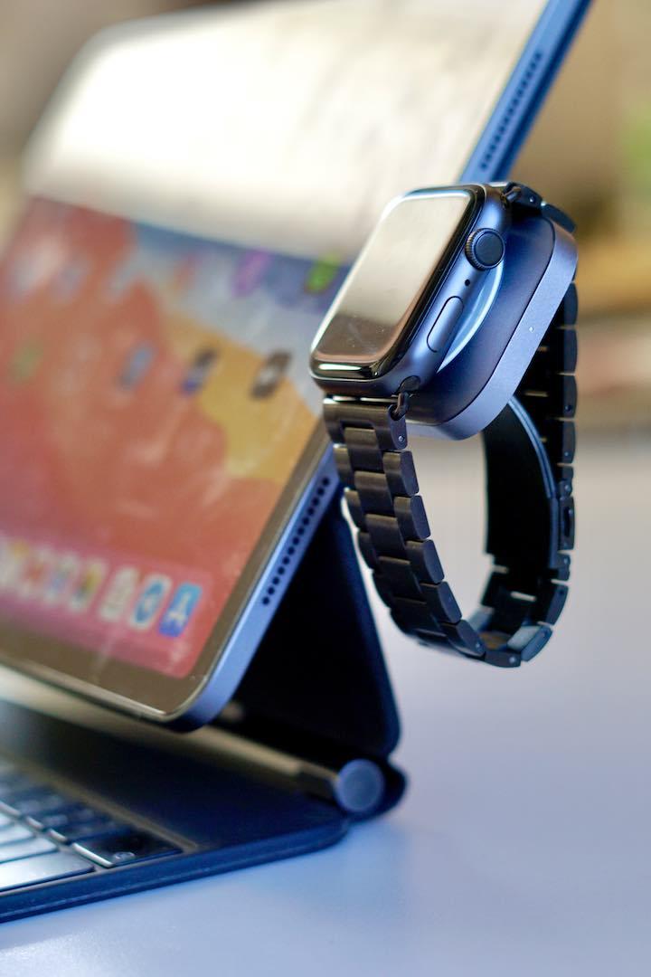 Apple Watch Series 4 haengt an einem iPad und laedt