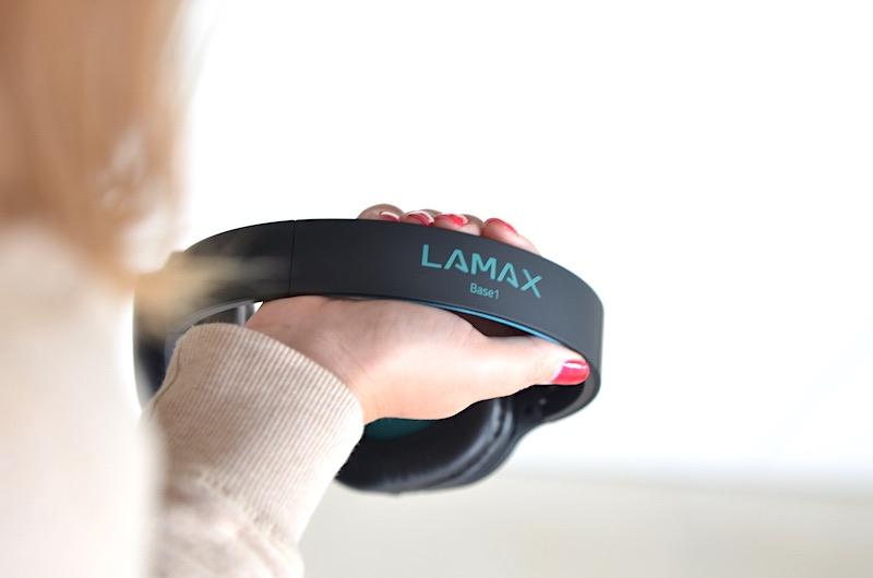 Bluetooth Kopfhoerer mit Firmenaufdruck am Buegel