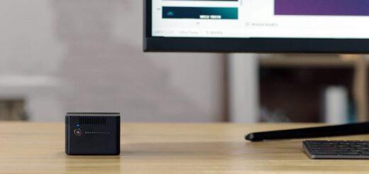 CHUWI LarkBox Mini PC steht neben einem Bildschirm 520x245