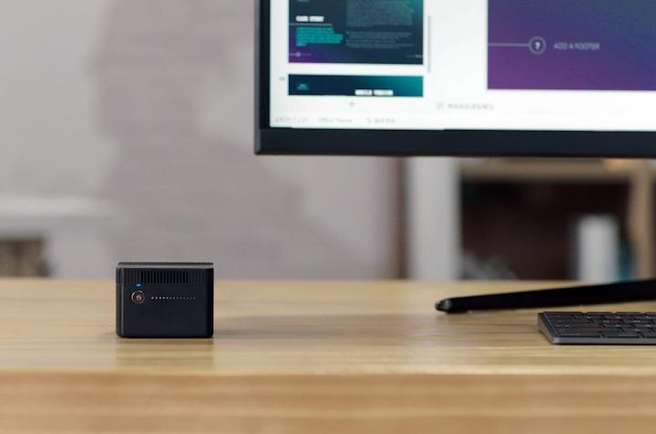 CHUWI LarkBox Mini PC steht neben einem Bildschirm
