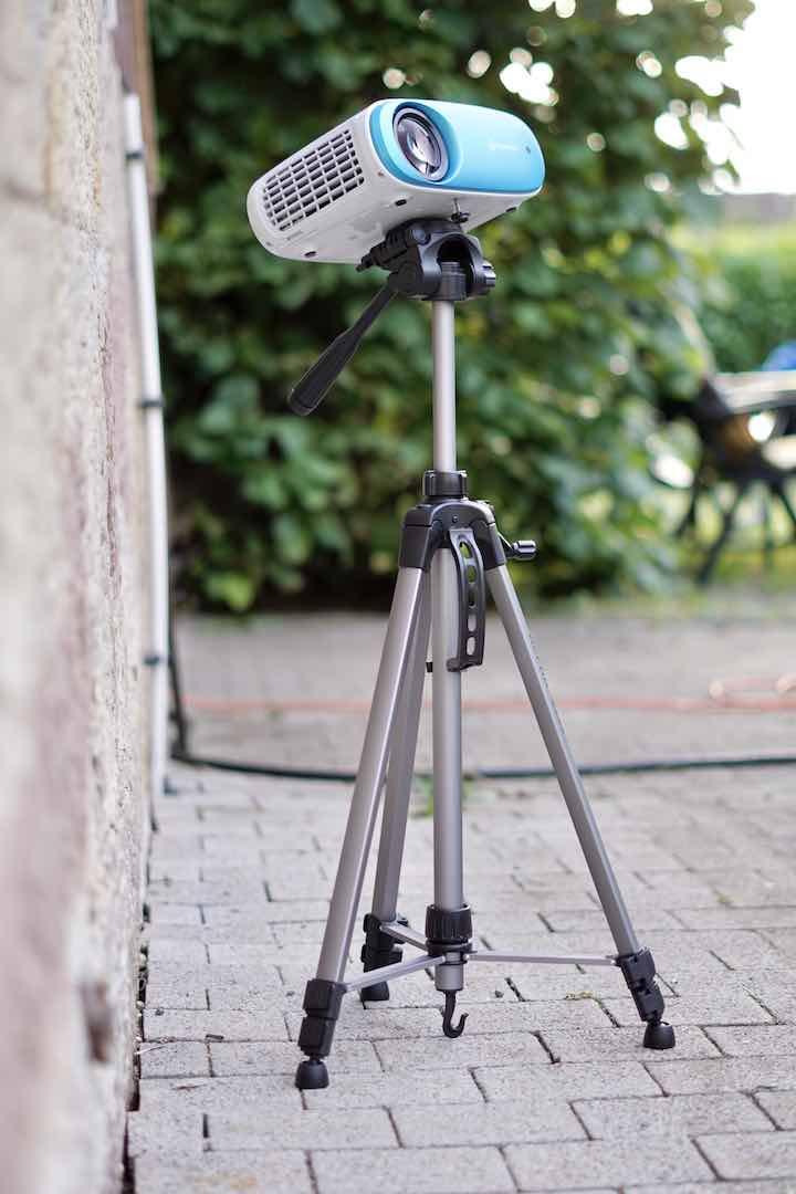 Cinemango 100 Mini Beamer ist auf einem Stativ befestigt