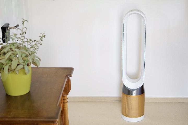 Dyson Luftreiniger steht neben einer Kommode in einem Wohnzimmer