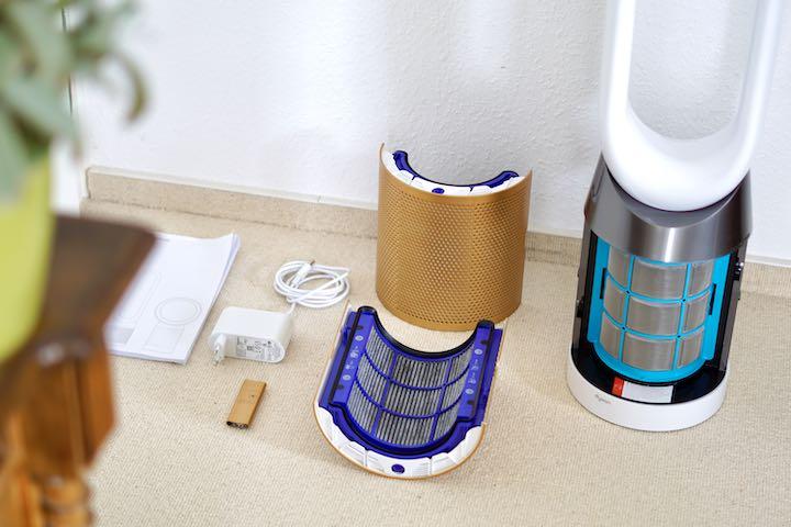 Filter Netzteil und Fernbedienung des Ventilators liegen auf einem wei%C3%9Fen Teppich