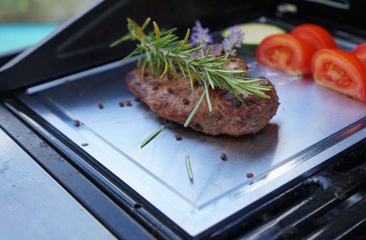 Hell Plate mit Fleisch auf dem Grill