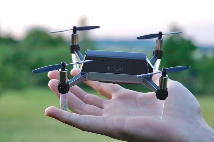 Kompakte Mini Drohne steht auf einer Hand