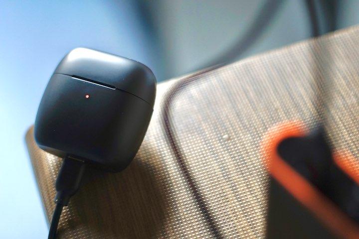 Ladecase von EarFun wird mit USB C Kabel geladen