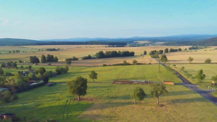 Luftaufnahme einer gruenen Landschaft