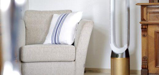 Luftreiniger steht neben einem Sessel in einem Wohnzimmer 520x245