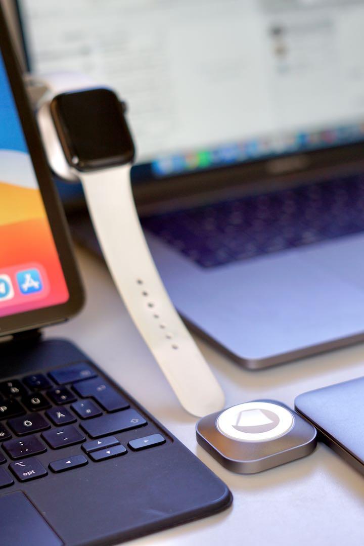 Magnetischer Charger und Smartwatch haengen an iPad und MacBook