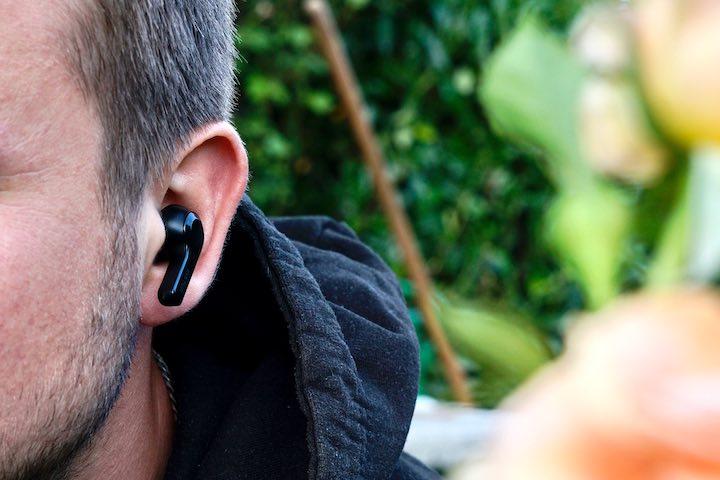 Mann hat EarFun Air Headset im Ohr