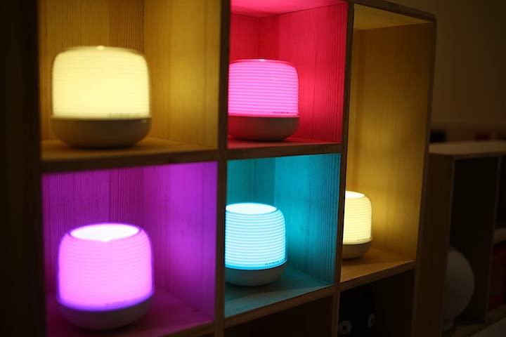 MiPow Playbulb Candle 2 in verschiedenen Farben im Regal