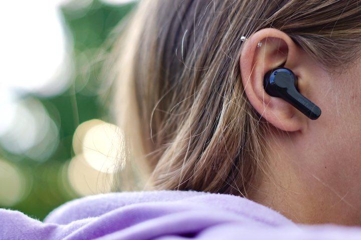 Ohrstoepsel ist bei Frau im Ohr