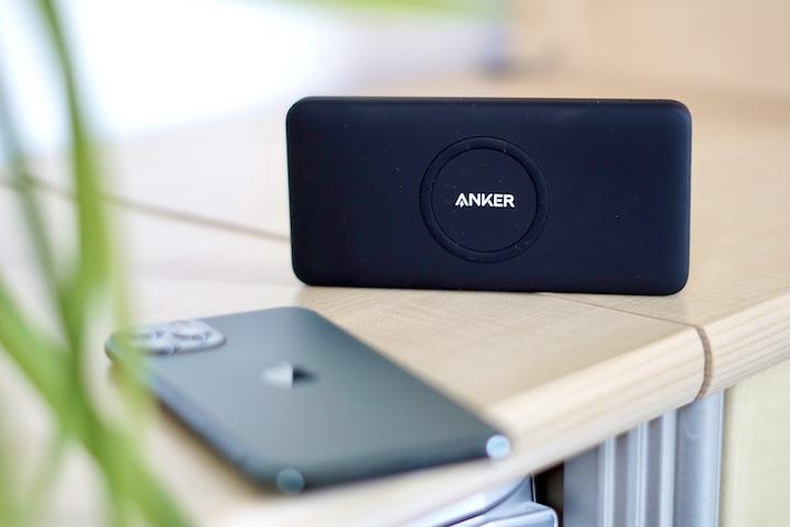 PowerCore Wireless 10K Powerbank steht vor einem iPhone 11 Pro